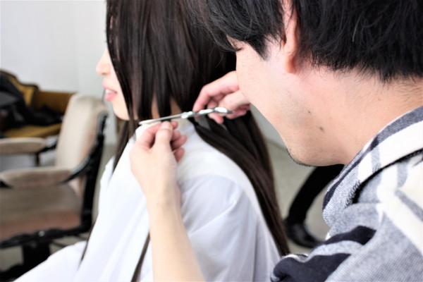 束ねた髪を高野さんがカット