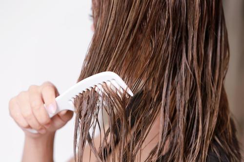 1.粗めのコームで髪をとかして水分を毛先に集める