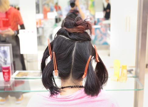 髪を持ち上げて内側から乾かしていく