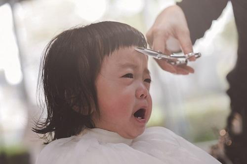 ハサミを持つと、泣いてしまう・・・