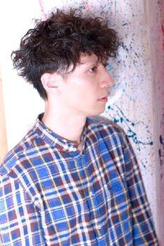 フロントにリッジ感とボリュームをもってくることで個性を際立たせたヘアスタイル