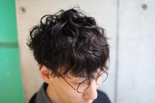 耳の後ろをカットした清潔感のあるヘアスタイル