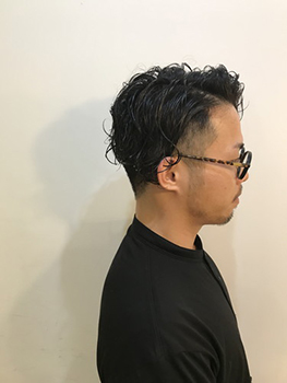 ミディアムパーマスタイルをツーブロックにしタイトにおさめたヘアスタイル