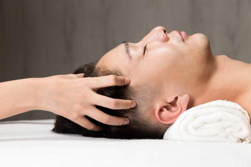 ヘッドスパで頭皮をほぐし血行を良くする