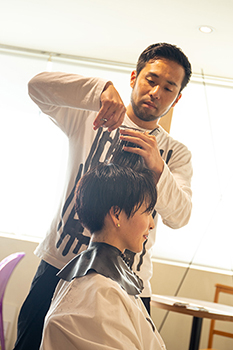 髪を縦に引き出すことで、自然と収まる毛流れを作る
